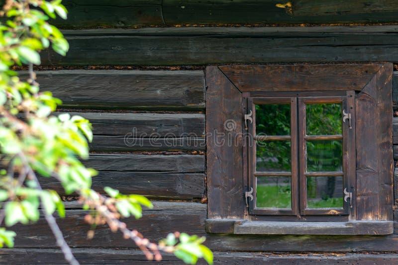 在一个老木房子的墙壁的一个小窗口 免版税库存图片