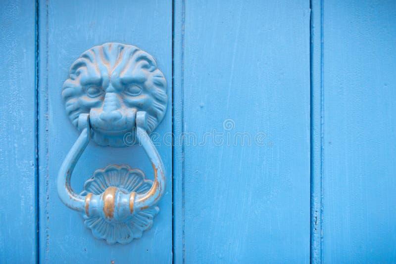 在一个老木门的狮子顶头通道门环 库存图片