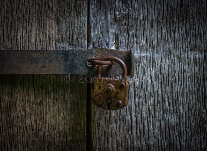 在一个老木门的锁 免版税库存图片