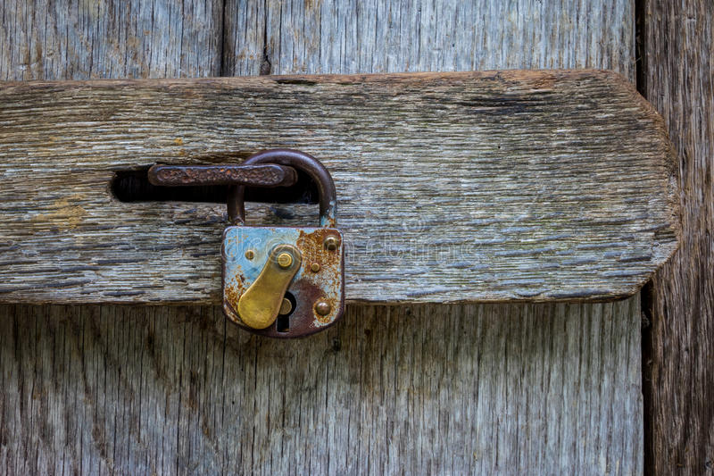 在一个老木门的锁 库存图片