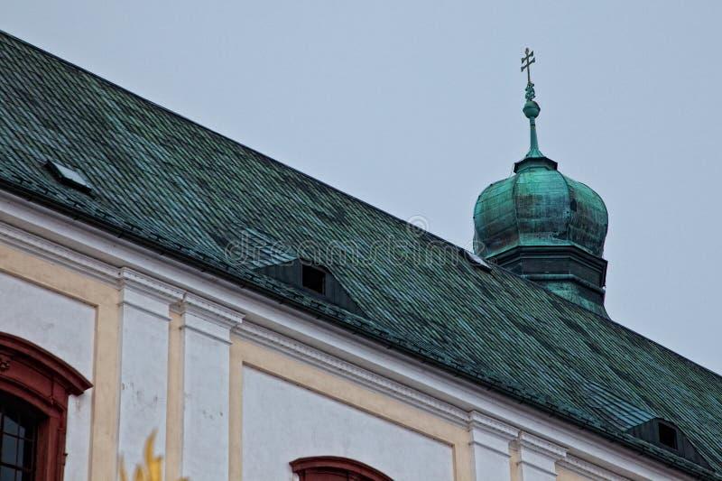 在一个老欧洲教会的一个十字架 库存照片