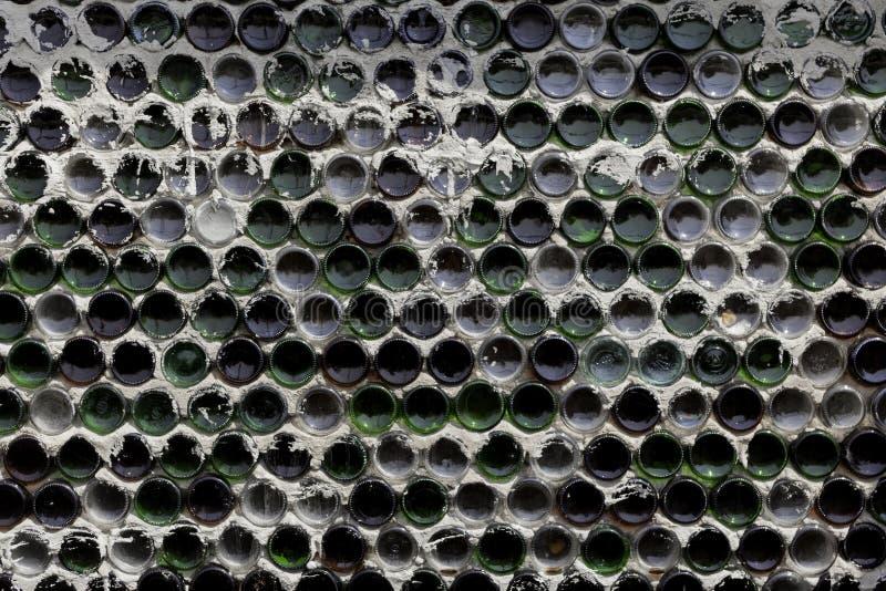 在一个老瓶机架的酒瓶 免版税库存照片