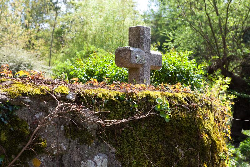 在一个老石墙上的基督徒十字架在诺曼底,法国 免版税库存图片