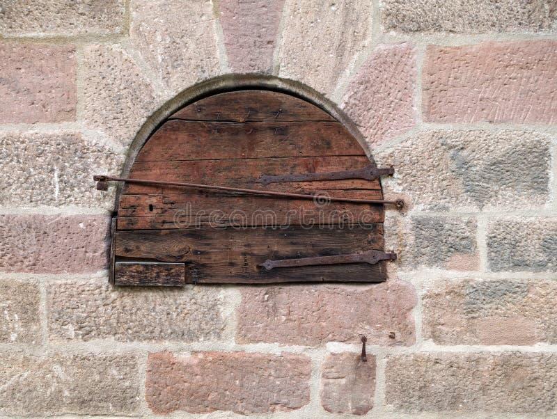 在一个老石工的圆的小木门 免版税库存图片