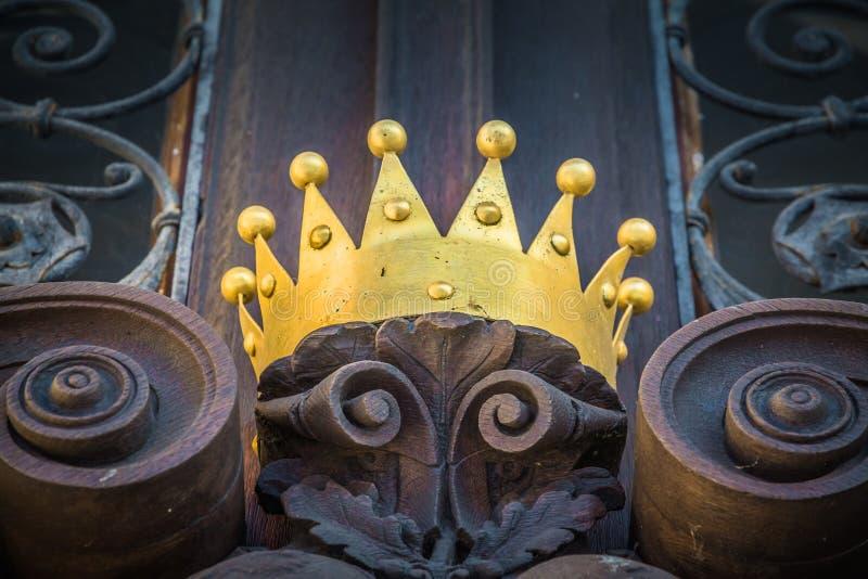 在一个老门的一个冠 免版税库存图片