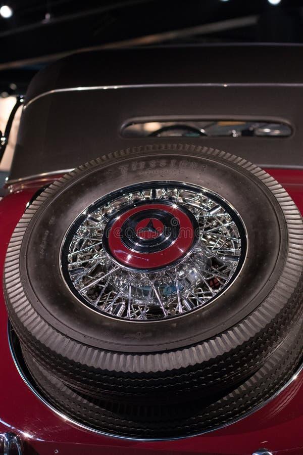 在一个老Merecedes苯车厢的葡萄酒轮胎 免版税图库摄影