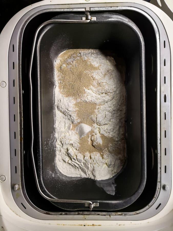 在一个自创机器的揉的面包 库存照片