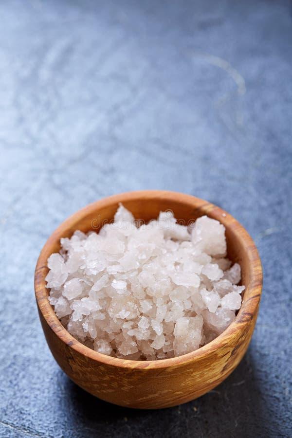 在一个自然木碗的大白海盐在黑暗的背景,顶视图,特写镜头,选择聚焦 库存照片