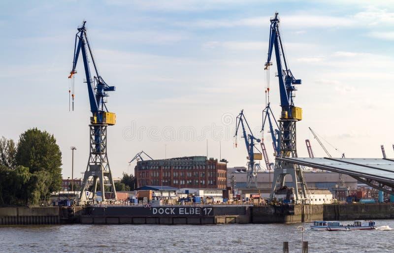 在一个船坞的大起重机汉堡港的  免版税库存图片