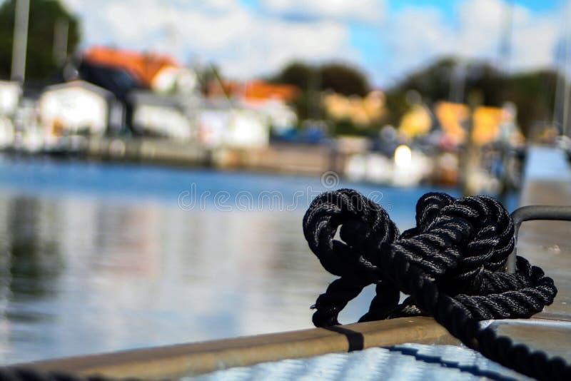 在一个船坞的绳索有bokeh的 免版税库存照片