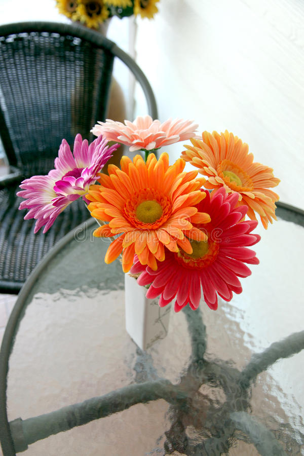 在一个花瓶的五颜六色的花在桌上。 免版税库存图片