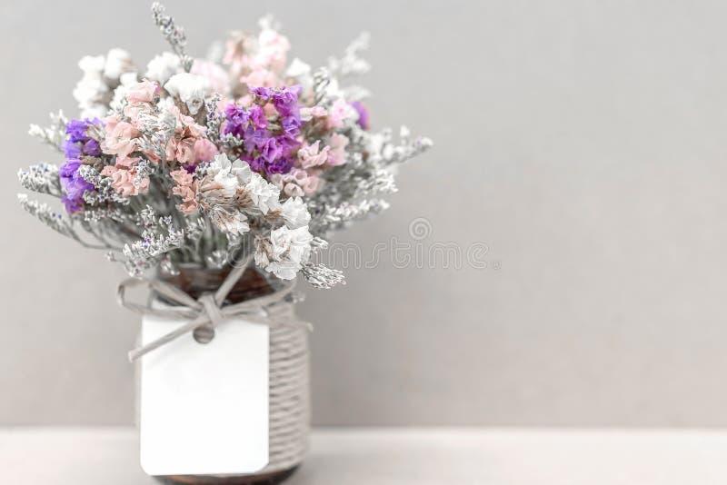 在一个花瓶的小干五颜六色的花有夫妇恋人的 库存图片
