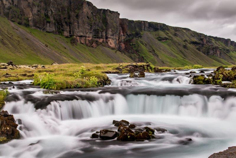 在一个草甸中间的洪流在冰岛 免版税库存图片