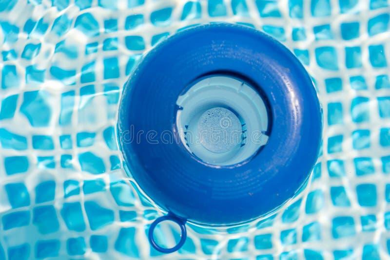 在一个药量的浮游物的氯片剂在水池 库存图片