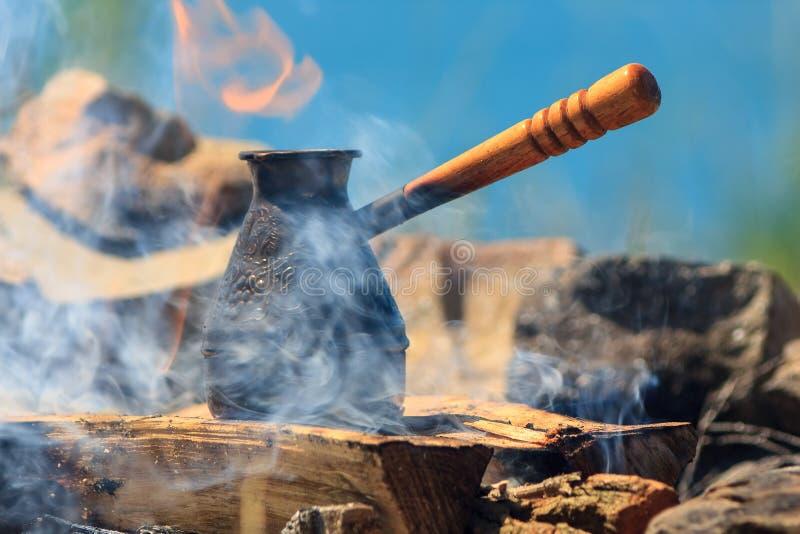 在一个营火的咖啡过滤器在早晨 免版税库存图片