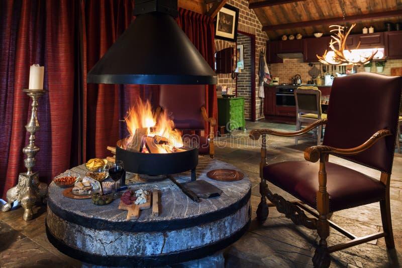 在一个营火附近的鲜美快餐在荷兰农场 库存图片