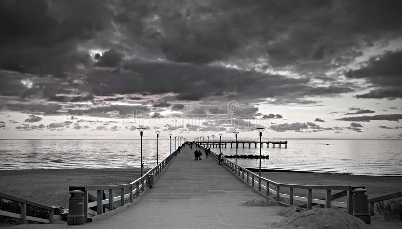 在一个著名海洋码头的日落在帕兰加 免版税库存照片
