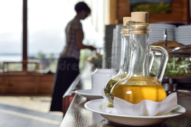 在一个蒸馏瓶的橄榄油有喷口的 免版税库存图片