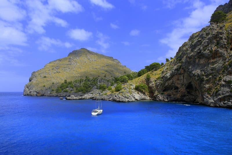 在一个蓝色海湾的Saiilng游艇在 免版税图库摄影