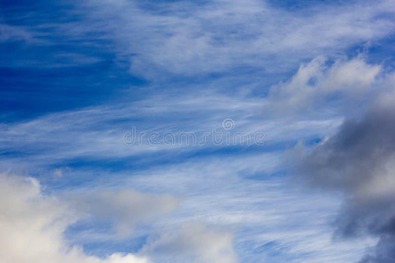 在一个蓝色秋天天空特写镜头的美丽的白色云彩 免版税库存图片