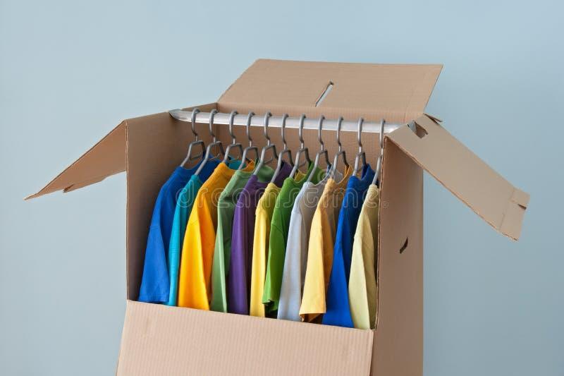 在一个衣橱配件箱的五颜六色的衣物移动的 免版税库存照片