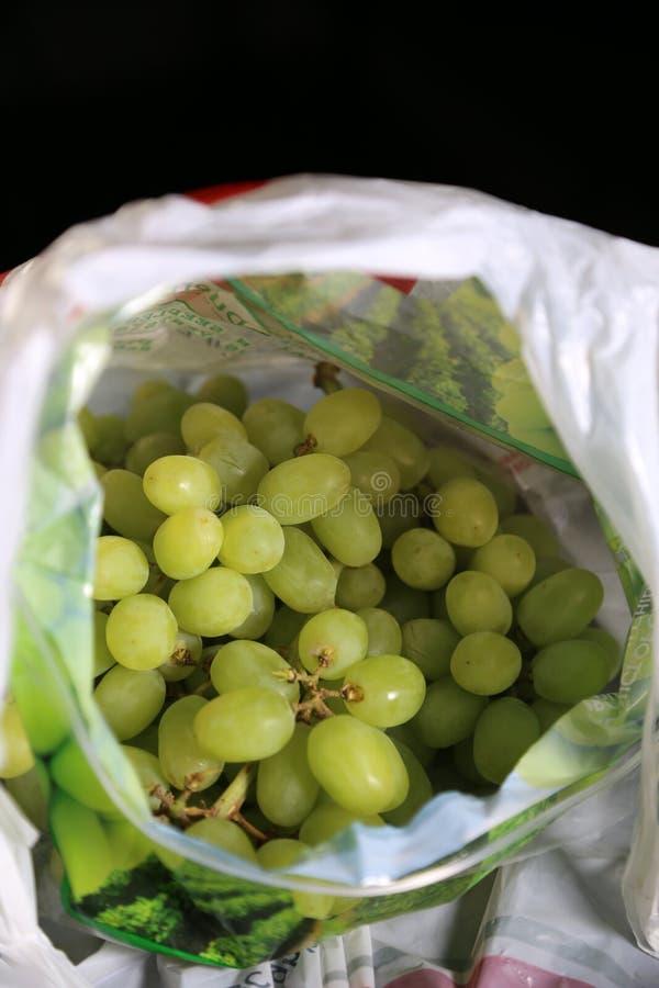 在一个被弄脏的食品杂货袋-新鲜的绿色葡萄里面 图库摄影