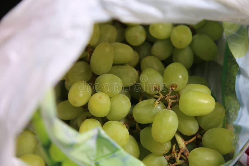 在一个被弄脏的食品杂货袋-新鲜的绿色葡萄里面 免版税库存图片