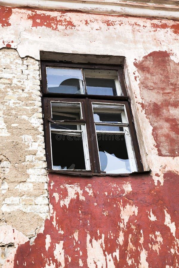 在一个被放弃的大厦的Windows 库存图片
