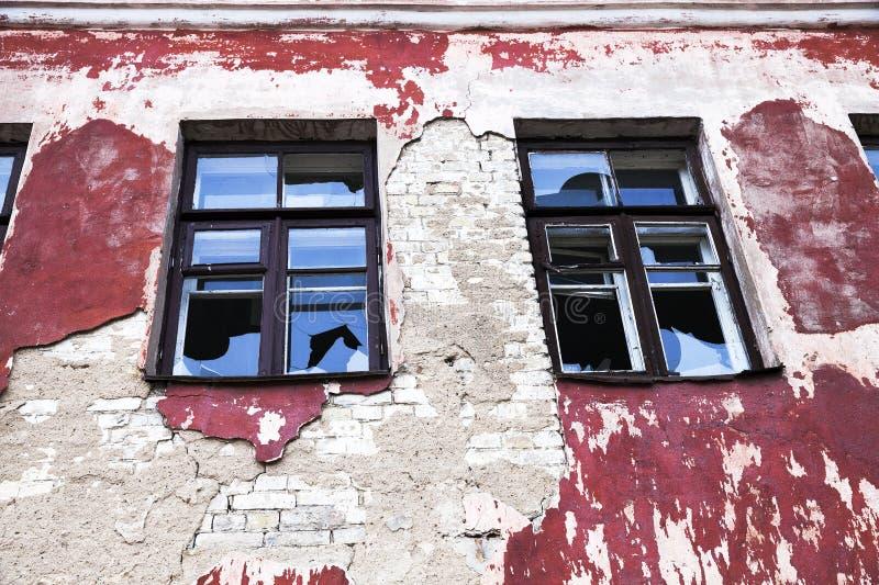 在一个被放弃的大厦的Windows 免版税库存图片