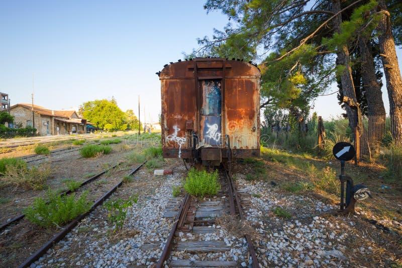 在一个被放弃的火车站的老,生锈的火车无盖货车在希腊 免版税库存图片
