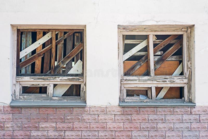 在一个被放弃的老大厦的上的窗口 在墙壁上的残破的窗口 免版税图库摄影