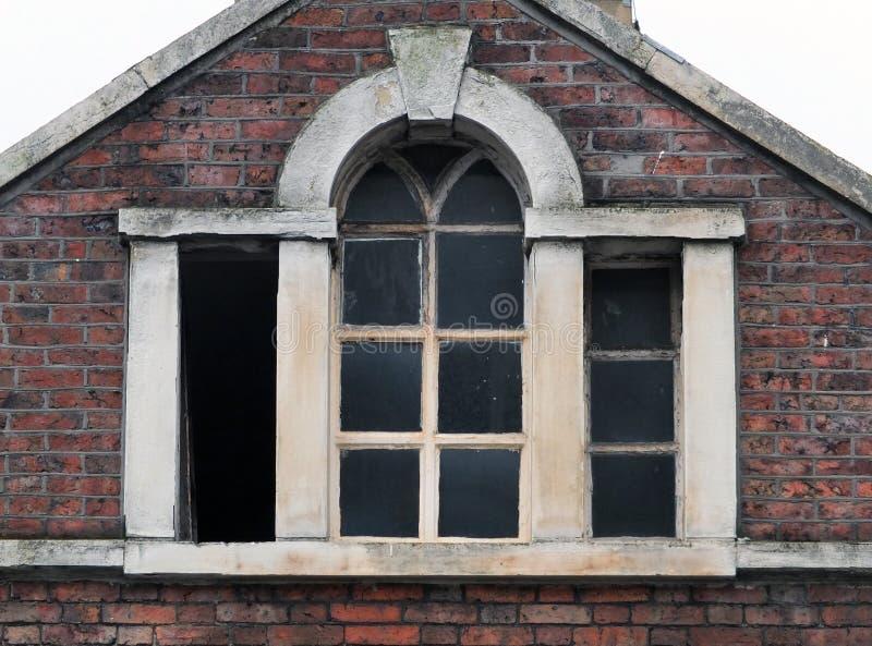 在一个被放弃的遗弃老大厦的残破的窗口 库存图片