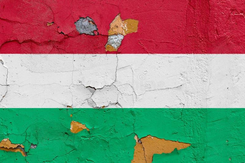 在一个被风化的混凝土墙上绘的匈牙利旗子 免版税库存图片