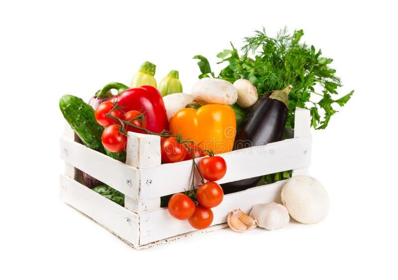 在一个被绘的木箱的新鲜蔬菜 免版税库存图片