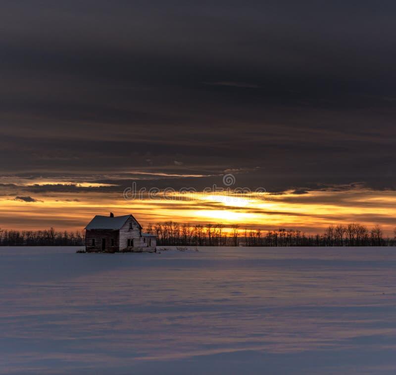 在一个谷仓的日落在大草原 库存图片