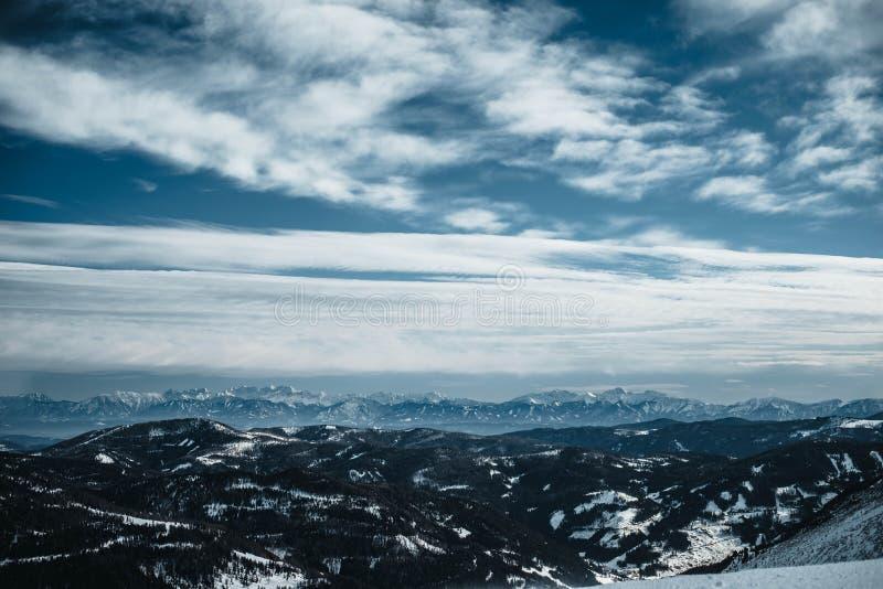 在一个谷的看法在奥地利阿尔卑斯 拍摄从倾斜在Turracher Hoehe在2月 免版税库存照片