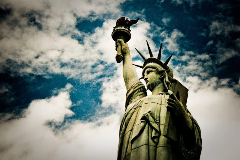 在一个赌博娱乐场的上面的假自由女神像拉斯维加斯和美国佬玩的贼好的,美国 免版税图库摄影