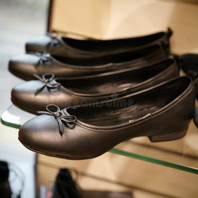 在一个跳蚤市场上的鞋子在柏林 免版税库存图片