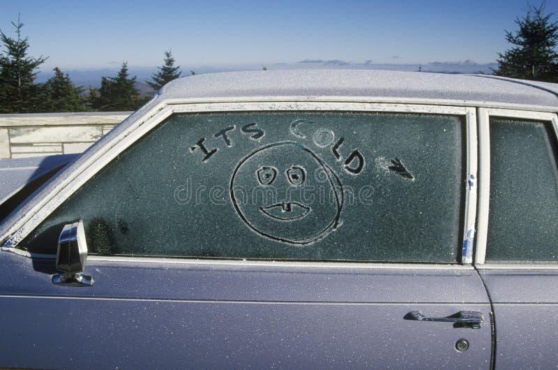 在一个车窗的秋天霜在地平线推进路线7A, Mt山顶  昼夜平分点在佛蒙特 免版税库存照片