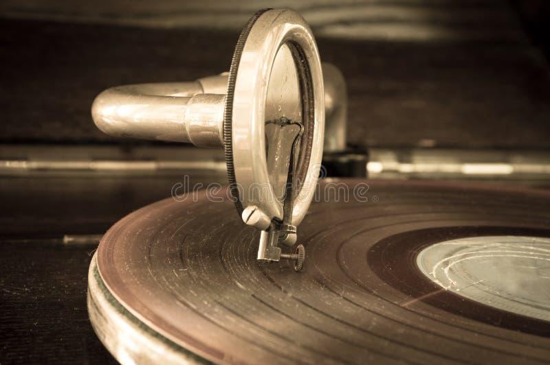 在一个转动的圆盘的老电唱机铁笔 免版税库存照片