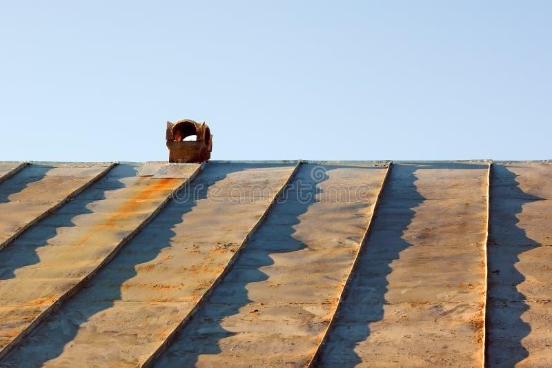 在一个过时锡屋顶的烟囱 库存照片