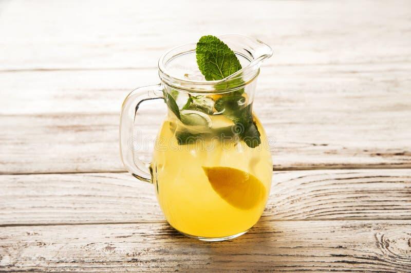 在一个透明水罐特写镜头的自创柠檬水 柠檬、薄菏和冰柠檬水生气勃勃在夏天 库存照片