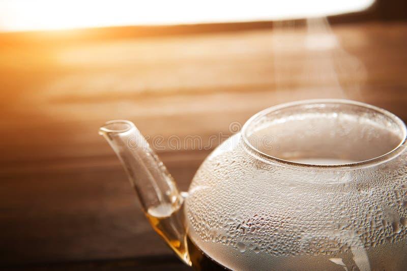 在一个透明茶壶的中国花区域茶有结露和蒸汽的 茶道的概念与茶i透露的  免版税图库摄影