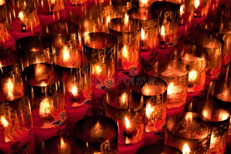 在一个道士寺庙的蜡烛在台北,台湾 库存图片