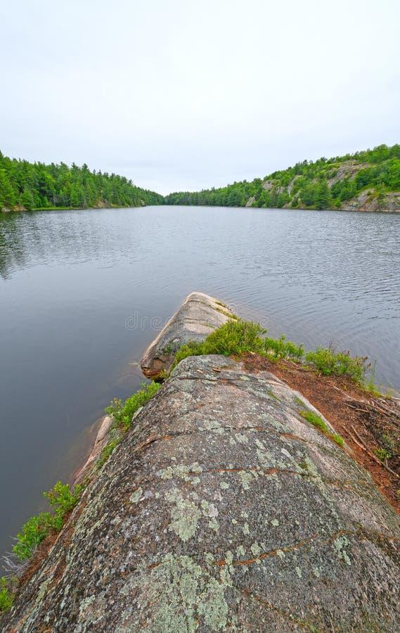 在一个遥远的湖的贫瘠点 免版税图库摄影