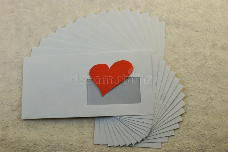 在一个邮政信封我送心脏 免版税库存照片