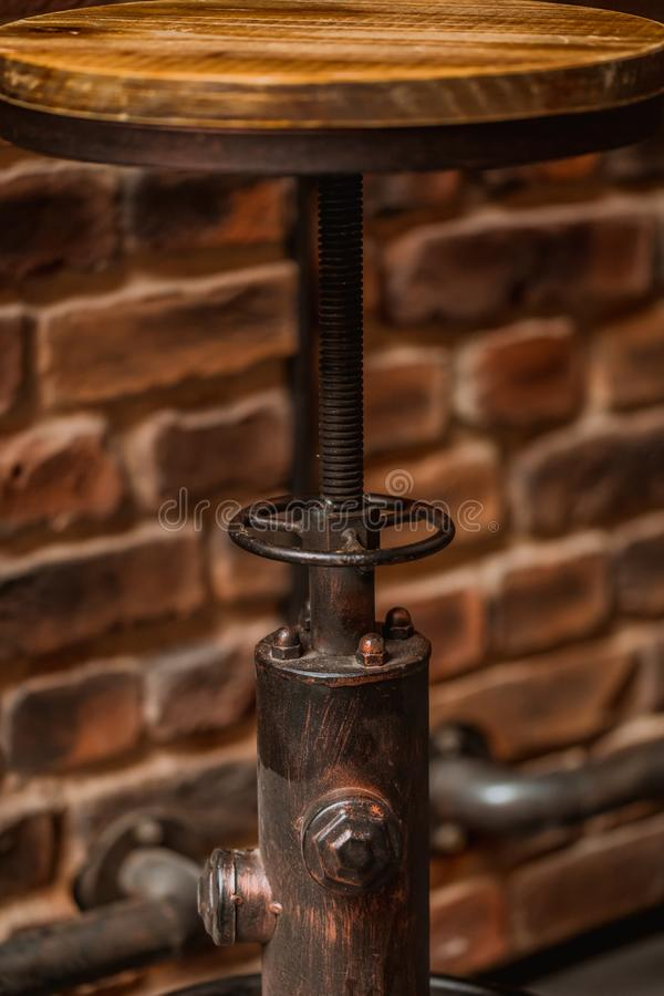 在一个酒吧的抽象木和金属凳子在啤酒厂 免版税库存图片