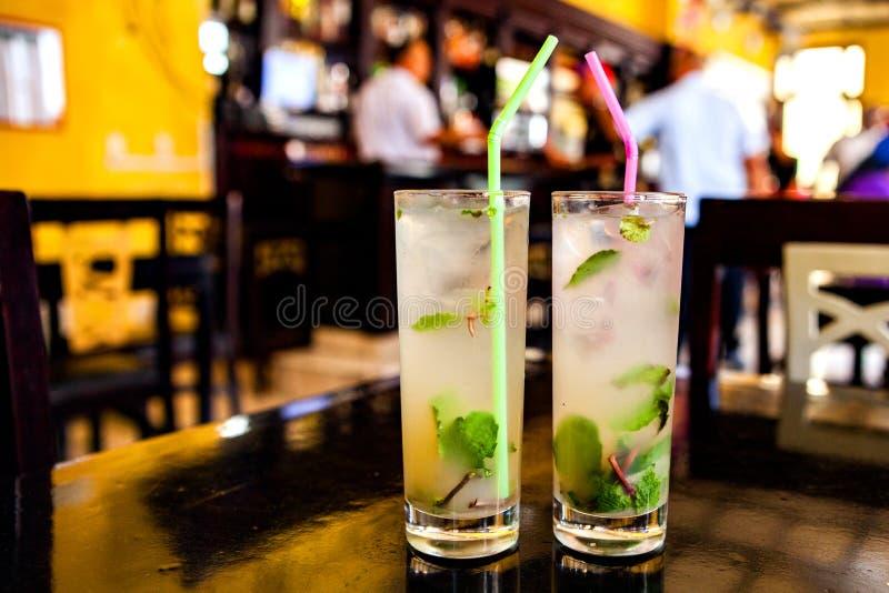 在一个酒吧的Mojito鸡尾酒在古巴/哈瓦那 免版税库存图片