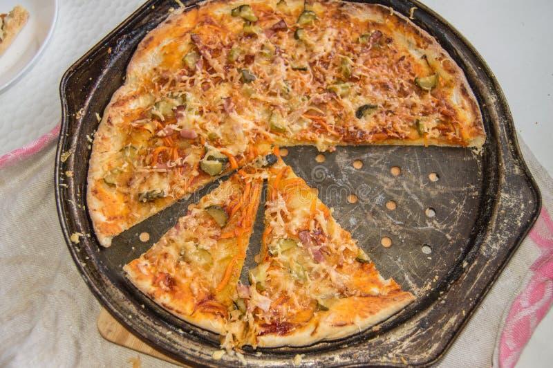 在一个金属平底锅的新近地被烘烤的开胃自创比萨顶视图用乳酪和火腿,特写镜头食物背景 库存照片