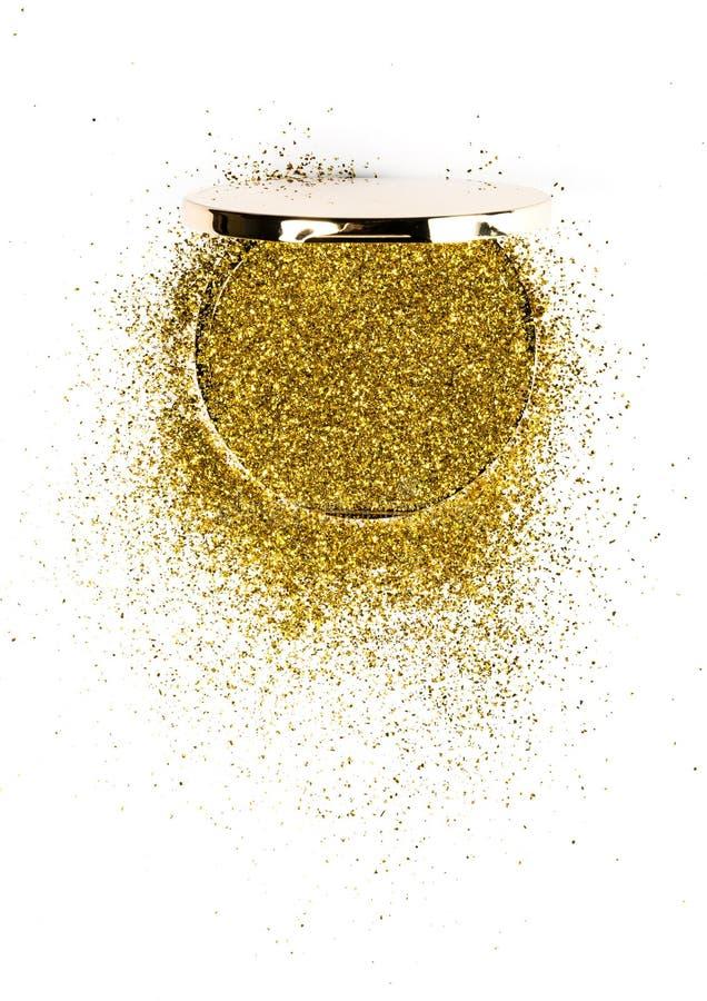 在一个金粉末箱子的粉末轮廓色_有在镜子反映的金闪闪发光的 背景查出的白色 免版税图库摄影